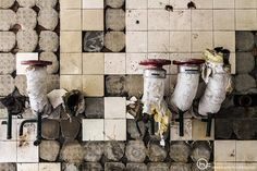» Llaves de paso sobre fondo desazulejado Hodari Fotoblog