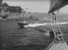 Un motoscafo sfreccia sulle acque del Golfo di Rapallo (anni '50 circa) / A speedboat in the Gulf of Rapallo