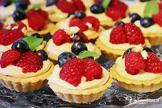 Tartaletky, alebo ak chcete košíčky, lahodia nielen chuťovým bunkám, ale aj oku. Keď zvládnete upiecť korpusy tak, aby sa nerozpadávali a boli rovnomerne upečené, máte vyhraté, lebo tento krém je jeden z najjednoduchších na svete. ;)láska ide cez žalúdok, vaše obľúbené recepty Cheesecake, Food And Drink, Cupcakes, Desserts, Dessert Ideas, Sweet, Postres, Cheesecake Cake, Cupcake
