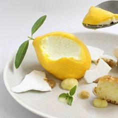 Un lemon pie diferente Small Desserts, Fancy Desserts, Delicious Desserts, Dessert Recipes, Decoration Patisserie, Best Chef, Molecular Gastronomy, Cute Food, Plated Desserts
