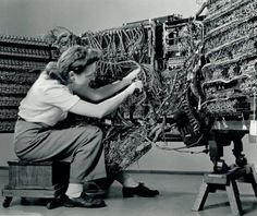 Photographer Berenice Abbott, 'Woman wiring an early IBM computer' from the Documenting Science series Old Photos, Vintage Photos, Alter Computer, Computer Photo, Arte Nerd, Berenice Abbott, New Scientist, Massachusetts Institute Of Technology, Old Computers