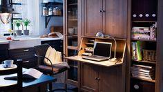 Kochen, essen, arbeiten; ein Arbeitsplatz in der Küche bestehend aus HEMNES Sekretär mit Aufsatz und Regal in Graubraun, GREGOR Drehstuhl schwarz/grau und FORMAT Arbeitsleuchte vernickelt