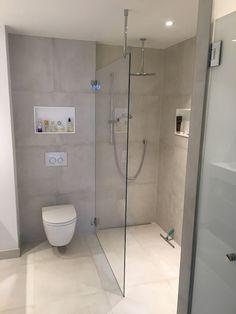 Klar begehbare Dusche mit Stabilisierung an der Decke …. Clear walk-in shower with stabilization on the ceiling …