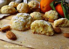 I biscotti all'arancia con le bucce,sono dei deliziosi biscottini morbidissimi tanto saporiti e tanto profumati proprio perchè,si usano le bucce.