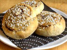 4 oktober är känd för kanelbullens dag i Sverige, men i hela världen står 4 oktober för Djurens dag, vad passar då inte bättre än veganska kanelbullar? Ingredienser ca 20 st 25 g Jäst 75 g Mjölkfritt margarin 2 ½ dl Soja/havremjölk ½ dl Råsocker 1/4 tsk Salt 1 tsk Kardemumma 6-7 dl Vetemjöl Fyllning… Bagel, Hamburger, Gluten, Vegetarian, Bread, Vegan, Desserts, Food, Food Food