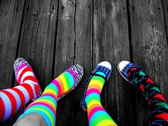 MODISMO- Meias coloridas até o joelho entraram em tendência mas não foram aceitas por muito tempo.