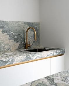Kitchen in Verde Luona marble by Potier Stone. Design by Espace Neuf Photography by Bert Vereecke Marble Interior, Bathroom Interior Design, Kitchen Interior, Design My Kitchen, Home Decor Kitchen, Modern Classic Interior, Santorini House, Cuisines Design, Design Moderne