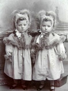 People have long been fascinated by identical twins, so here are some beautiful vintage photographs of identical twins. Vintage Children Photos, Vintage Twins, Vintage Pictures, Vintage Images, Victorian Photos, Antique Photos, Photo Vintage, Vintage Photographs, Beautiful Children