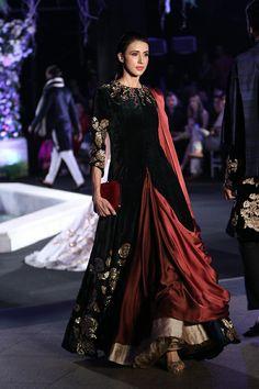 Manish Malhotra at Lakmé Fashion Week winter/festive 2016 Style Fête, Looks Style, Mode Style, Indian Fashion Online, India Fashion, Asian Fashion, Fashion Black, Pakistani Dresses, Indian Dresses