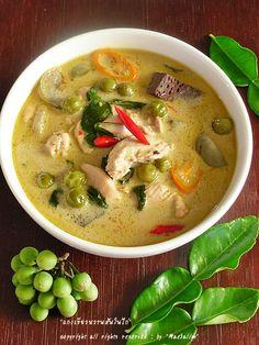 Thai Green Curry with Chicken Thai Recipes, Indian Food Recipes, Asian Recipes, Thai Cooking, Cooking Recipes, Thai Food Menu, Eat Thai, Cambodian Food, Thai Curry