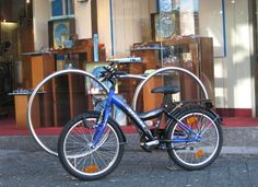 Design-Fahrradparker Lunetabike vor einem Optiker