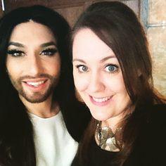 Selfie-Time: Redakteurin Elke von BUNTE.de mit der ausdrucksstarken Conchita Wurst