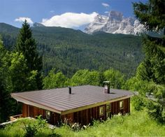 Chalet 308 Borca di Cadore Set 14 km from Cortina d?Ampezzo and 45 km from Ortisei, Chalet 308 offers pet-friendly accommodation in Borca di Cadore. The property features views of the mountain and is 36 km from Canazei. Free private parking is available on site.