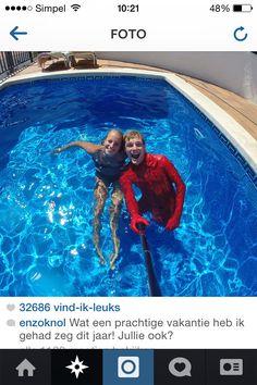 Enzo en Dee in het zwembad in Spanje!