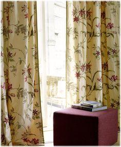 Rideaux en soie à motifs floraux de chez Colefax&Fowler. Disponible sur www.grandes-marques.fr