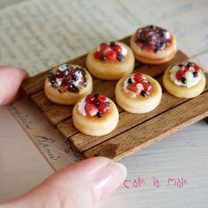 . ❄︎ berry pancake ❄︎ . あま〜いベリー系のパンケーキです♥︎こちらもブローチになります。 明日納品なので、値札付けがんばってます!早く終えて早くねなきゃ♪ . #miniature #miniaturefood #handmade #pancake #polymerclay#bakery #brooch #ミニチュアフード #ミニチュア#パンケーキ#ハンドメイド#樹脂粘土#ブローチ#如月2015 #如月