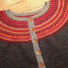 Ferdig med min #damejakkaloppa #damejakkaloppafeber#loppakal Fair Isle Knitting, Drops Design, Couture, Hobbies And Crafts, Knit Cardigan, Mantel, Knit Crochet, Knitting Patterns, Cool Things To Buy