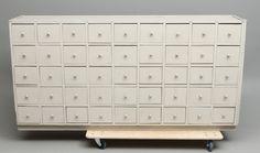 KÖPMANNADISK, med 45 lådor. Möbler - Skåp & Hyllor – Auctionet