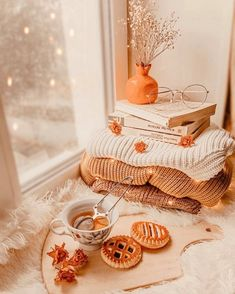 Fall Room Decor, Decoration Vitrine, Fall Bedroom, Autumn Cozy, Autumn Coffee, Fall Winter, Autumn Aesthetic, Autumn Photography, Coffee Photography