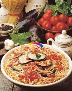 [Spaghetti con Melanzane alla Norma] Lavare le melanzane, affettarle sottilmente e poi sistemarle su un largo setaccio; cospargere di sale e lasciarle così per un'ora o due affinchè perdano tutta la loro acqua amara.    Scottate in acqua bollente i pomodori, pelarli e privarli dei semi. Versare in una padella g 100 di olio d'oliva, unire l'aglio schiacciato e porre il recipiente sul fuoco; appena l'aglio saràcolorito aggiungere i pomodori tagliuzzati e…