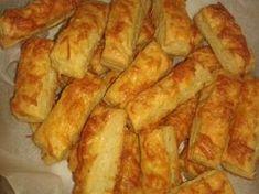 Túrós-sajtos rudacskák – gyorsan, bögrével (KIPRÓBÁLVA, JÓ) – 25 dkg túró – 20 dkg margarin – 2 bögre liszt – 1-2 teáskanál só – sajt a szóráshoz