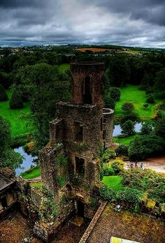 Blarney Castle, Cork, Ireland was founded in 1446 but its first construction refers to the 10th century.  Ireland Avoir plus d'informations sur notre site   https://storelatina.com/ireland/travelling #அயர்லாந்து #Írland #detoxify #Mountain