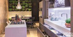 Cozinha prática com direito a ilha   <i>Crédito: HENRIQUE QUEIROGA / DIVULGAÇÃO