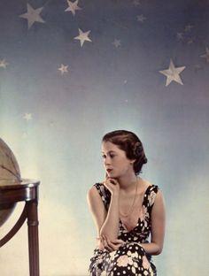 hollyhocksandtulips:  Elizabeth Mary, 1936Photo by Madame Yevonde