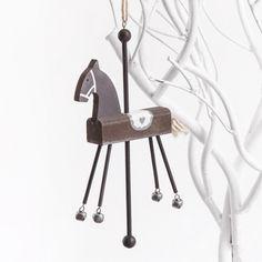 Μπομπονιέρες αλογάκι κρεμαστό ξύλινο.  Διαστάσεις : 2.5x9x22cm  Η τιμή αφορά έτοιμη δεμένη μπομπονιέρα με κουφέτα Χατζηγιαννάκη & τούλι .