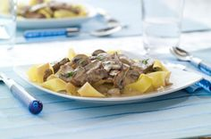 Your slow cooker does all the work in this classic beef stroganoff. Just prep some fettuccine pasta while the beef, onions and mushrooms simmer away. Kraft Recipes, Beef Recipes, Cooking Recipes, What's Cooking, Beef Flank Steak, Stroganoff Recipe, Beef And Noodles, Pasta, Beef Stroganoff