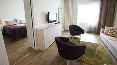Hääsviitti. Erillinen olohuone.  Break Sokos Hotel Flamingo, Vantaa. Hääparin aamukylpy kylvetään Flamingo Spassa.