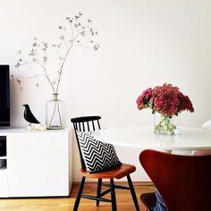 Eames house bird, la combinacion con el florero tipo botella de vidrio y las ramas es una buena idea para la cocina.