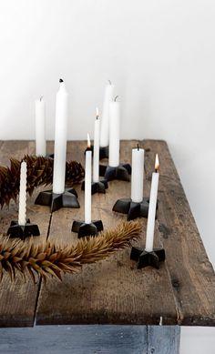 Des bougies blanches au centre de la table