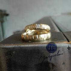 Gouden trouwringen geheel hand gemaakt in Atelier. (oud goud omgesmolten tot nieuwe ringen & 0,12 crt Diamant)