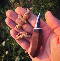 Hazelvalley hazelvalleybirds photos and videos find out wood carving ideas Whittling Projects, Whittling Wood, Wood Projects, Dremel Wood Carving, Wood Carving Art, Wood Carving Designs, Wood Carving Patterns, Wood Carving For Beginners, Tree Carving