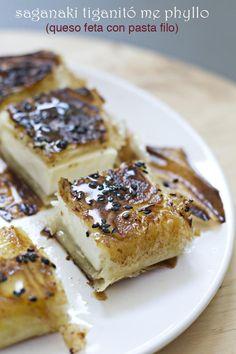 El aperitivo de moda en Grecia: queso feta frito con pasta filo servido con miel