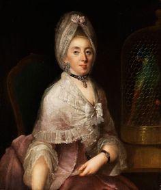 Halbfigurig, die Dame in rosafarbenem Seidenkleid und weißem Spitzenumhang auf einem barocken Lehnstuhl sitzend. Der Blick gilt dem Betrachter, sie sitzt vor ...