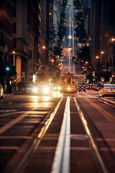 Observar a interação desse trem com os demais veículos e com a paisagem urbana.