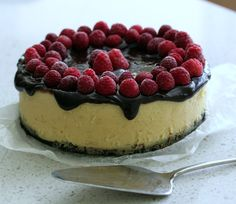 Black-bottomed white chocolate cheesecake with chocolate ganache and raspberries. #thermomix