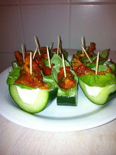 Lekker hapje :) komkommer-kruidenkaas-basilicum-zongedroogd tomaatje
