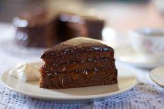 La torta Sacher, o sachertorte, è uno dei dolci al cioccolato più conosciuti al mondo. Scopri la ricetta della torta viennese al cioccolato e marmellata.