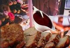 Une cuisine de fête très économique, gastronomique et facile à cuisiner. Ce rôti de porc mignon ou filet est mariné au vin rouge, épices et fines herbes. Sa sauce raffinée est cuisinée à la gelée de cassis. Une grande cuisine pas cher mais très gourmande !