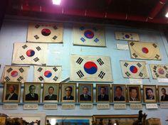 대한민국 태극기와 역대 대통령 사진