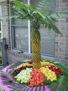 Having a Luau Party? Check out this Pineapple Palm Tree! Beginning to look like this is only type of Luau I will ever attend! Havanna Party, Havanna Nights Party, Deco Fruit, Pineapple Palm Tree, Pineapple Fruit, Watermelon Tree, Pineapple Ideas, Carved Watermelon, Salad