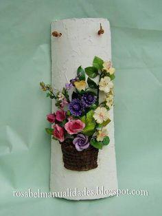 Alguna vez ha intentado el decoupage en tejas? En los últimos años se ha utilizado cada vez más la realización de decoupage en Tejasde terracotta , usándolo como una base para llevar a cabo tus t… Diy Clay, Clay Crafts, Diy And Crafts, Arts And Crafts, Ceramic Flowers, Clay Flowers, Flower Pots, Decoupage, Clay Roof Tiles