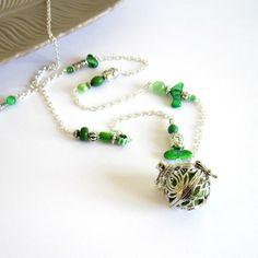 Bola de grossesse zen vert et argenté, cadeau femme enceinte, cage fleur de lotus, nacre, verre, howlite , céramique : Collier par color-life-bijoux