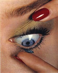 Colocando a lente após a maquiagem: correto / It's better to insert contact lens after makeup. Photo by Irving Penn