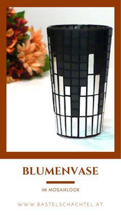 Was bereits im Altertum eine beliebte Kunsttechnik war, hat bis heute nichts an ihrem Zauber verloren: die Mosaikkunst! 😍🤩 Im Netz finden sich unzählige Kunstwerke von Privatpersonen, die diese Basteltechnik wieder für sich entdeckt haben. Findest du es auch beeindruckend, welche schönen und einzigartigen Muster man damit erstellen kann? 😍 Shot Glass, Tableware, Paper, Creative Products, Vase Of Flowers, Natural Materials, Mesh, Artworks, Patterns