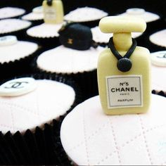 Si esto no es chic, entonces que?! Cupcakes decorados de Chanel
