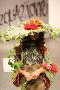Cappello fatto con fiori veri per la sfilata di Stefania Liso  The hat was made entirely out of fresh flowers exclusively for the runway show
